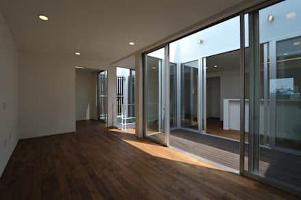 ミニマルな家: 杉浦建築計画事務所が手掛けた壁・フローリングです。