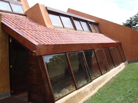 Fachada norte: Casas campestres de estilo  por CUNA ARQUITECTURA INGENIERÍA SOSTENIBLE