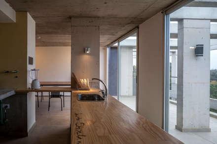 Jacinto Chiclana: Muebles de cocinas de estilo  por Ciudad y Arquitectura