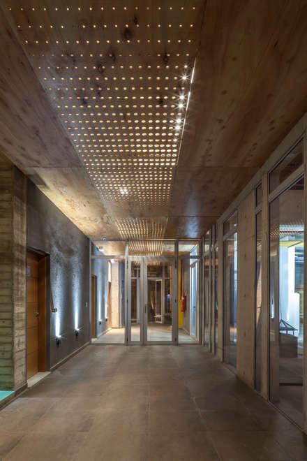 Garajes abiertos de estilo  por Ciudad y Arquitectura