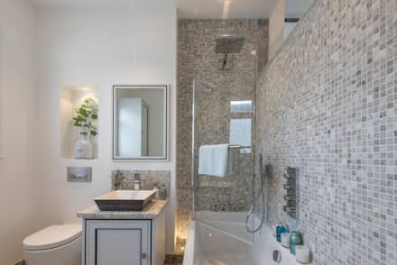 Bachelor pad- Hyd Park: classic Bathroom by Prestige Architects By Marco Braghiroli