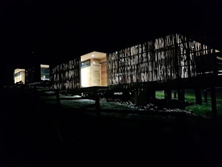 Acesso - Fachada Oriente: Cabañas de estilo  por Nido Arquitectos
