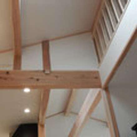五條の家: 建築工房 感 設計事務所 が手掛けた屋根です。