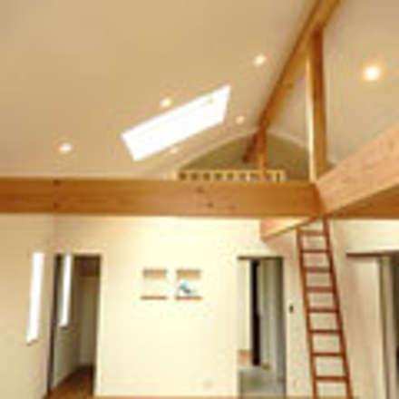 茨木の家: 建築工房 感 設計事務所 が手掛けた屋根です。