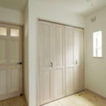 茨木の家: 建築工房 感 設計事務所 が手掛けたウォークインクローゼットです。