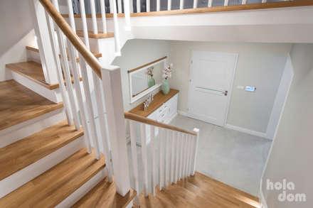 Lazurowy dom/Azure house: styl , w kategorii Korytarz, przedpokój i schody zaprojektowany przez HOLADOM Ewa Korolczuk Studio Architektury i Wnętrz
