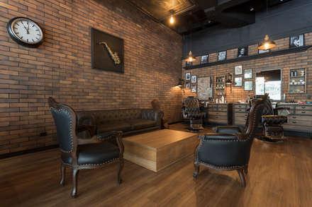 Sala con saxofon: Espacios comerciales de estilo  por Adrede Diseño