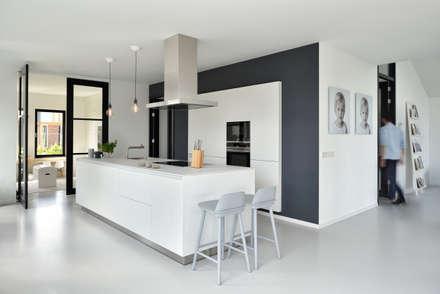 Modern woonhuis aan het water: moderne Keuken door BNLA architecten