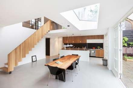 Moderne dijkwoning in Amsterdam: moderne Eetkamer door BNLA architecten