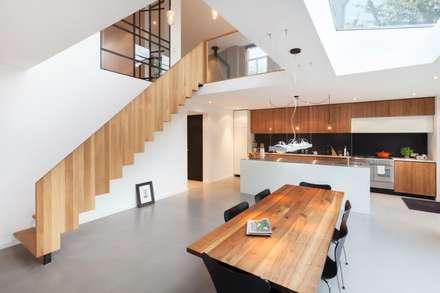 Moderne dijkwoning in Amsterdam: moderne Keuken door BNLA architecten