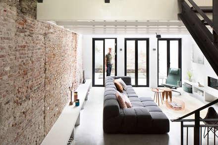 Ruime stadswoning met uitzicht op de grachten: moderne Woonkamer door BNLA architecten