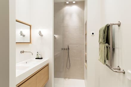 Verbouwing monumentaal stadsappartement Amsterdam: moderne Badkamer door BNLA architecten