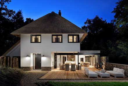Bosrijk wonen in een droomvilla: moderne Huizen door BNLA architecten