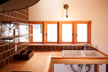木製サッシと無垢カウンター: URBAN GEARが手掛けたキッチンです。
