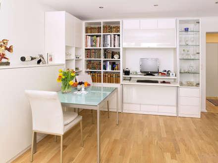 Wohnzimmereinrichtung: moderne Arbeitszimmer von urbana möbel
