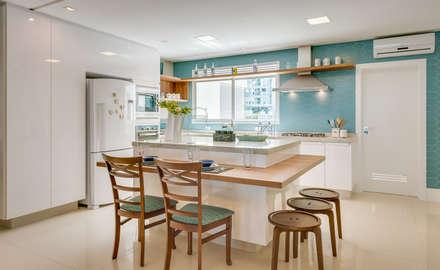 Armarios de cocinas de estilo  por Estúdio Pantarolli Miranda - Arquitetura, Design e Arte