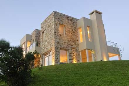 """Casa La Reserva Cardales """"La Alteada"""": Casas de estilo moderno por Estudio Gore"""