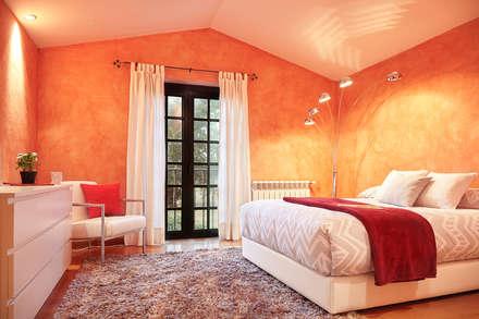 CHALET EN TIOBRE - BETANZOS: Dormitorios de estilo rústico de MORANDO INMOBILIARIA