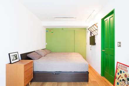 o邸-7畳の収納スペースつくり、LDKを広く: 株式会社ブルースタジオが手掛けた寝室です。