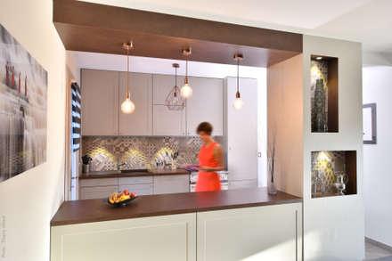 Aménagement d'une cuisine à Irigny par Tiffany Fayolle, Architecte d'intérieur et décorateur à Lyon: Cuisine intégrée de style  par Tiffany FAYOLLE