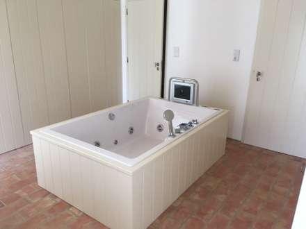 : Casas de banho campestres por Grupo Norma