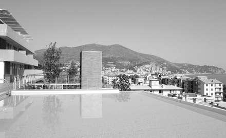 Piscinas infinitas de estilo  por ariu + vallino architetti