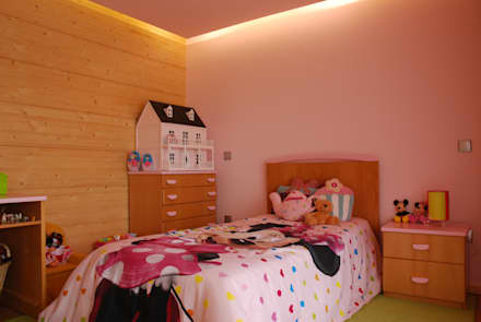 RUSTICASA | Casa unifamiliar | Paços de Ferreira: Quartos de rapariga  por Rusticasa
