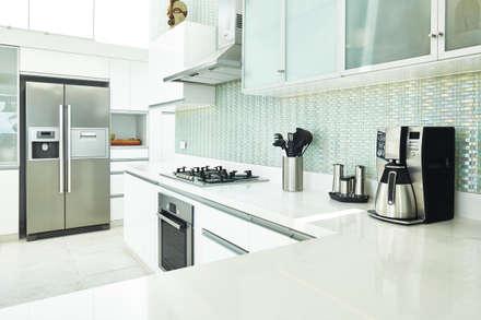 CASA DE PLAYA M.M.: Cocinas de estilo moderno por Karím Chaman Arquitectos