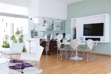 CASA DE PLAYA M.M.: Salas / recibidores de estilo moderno por Karím Chaman Arquitectos