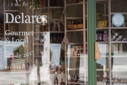Carpintería exterior y señalética: Oficinas y Tiendas de estilo  de ALBERT SALVIA dissenyador d'interiors