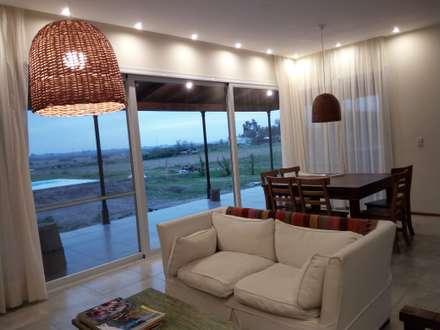 Campo&Golf: Livings de estilo rural por Marcelo Manzán Arquitecto