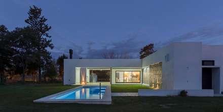 Casa CC - RESIDENCIA DE FIN DE SEMANA: Piletas de estilo moderno por D'Odorico Arquitectura & Obras