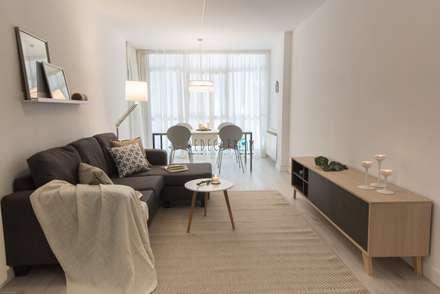 SALÓN-COMEDOR: Salones de estilo escandinavo de Redecoram Home Staging