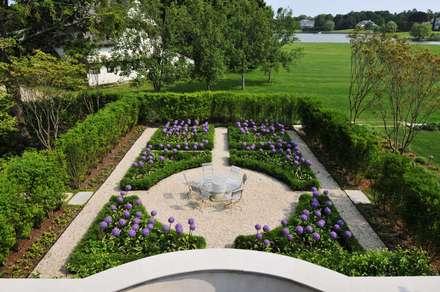 Villa Maria: country Garden by andretchelistcheffarchitects