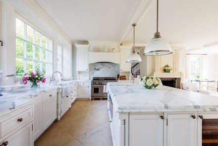 Villa Maria: country Kitchen by andretchelistcheffarchitects