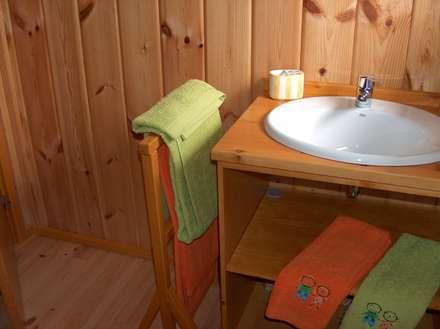 RUSTICASA | Casa Eco | Vila Nova de Cerveira: Casas de banho rústicas por Rusticasa