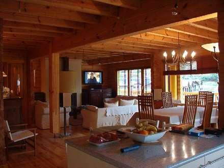 RUSTICASA | Chalé de montanha | Andorra: Armários de cozinha  por Rusticasa