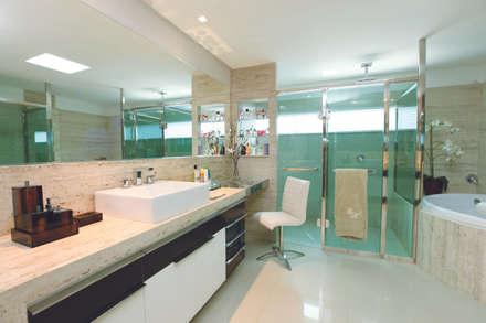 CASA - ALFAVILLE: Banheiros modernos por Danielle Valente Arquitetura e Interiores