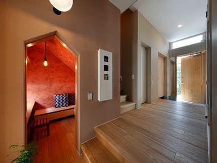 向陽台の家: 樋口章建築アトリエが手掛けた玄関・廊下・階段です。