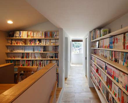 向陽台の家: 樋口章建築アトリエが手掛けた書斎です。