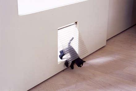 猫用の小扉: F.A.D.S.が手掛けた室内ドアです。