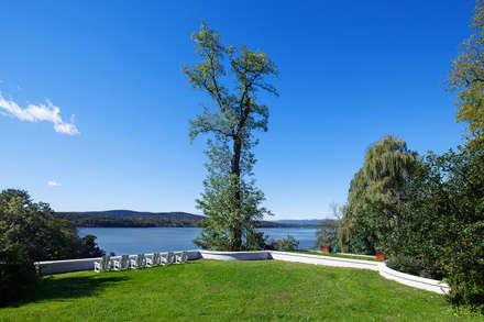 Hudson Valley Spa: modern Garden by andretchelistcheffarchitects