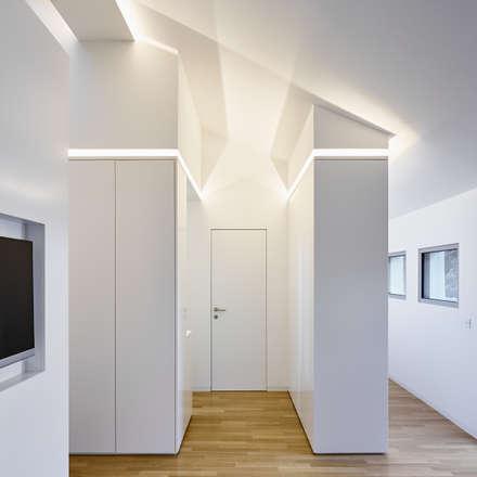 Ankleide: minimalistische Ankleidezimmer von BENJAMIN VON PIDOLL I ARCHITEKTUR