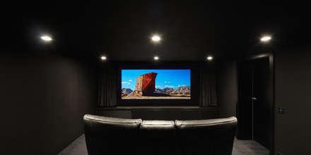 Heimkino: minimalistischer Multimedia-Raum von BENJAMIN VON PIDOLL I ARCHITEKTUR