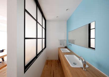羽曳野の家〈renovation〉-長く子供と仲良く、築39年の回遊できる家-: atelier mが手掛けた浴室です。