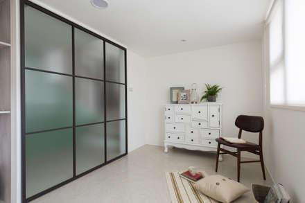 花語:  書房/辦公室 by 寓子設計