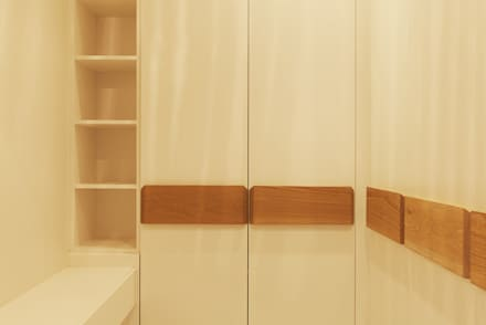 House Varyani: modern Dressing room by Redesign Interiors