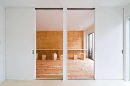 Dormitorios infantiles de estilo  por キリコ設計事務所