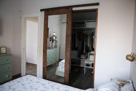 Walk in closet de estilo  por T_C_Interior_Design___