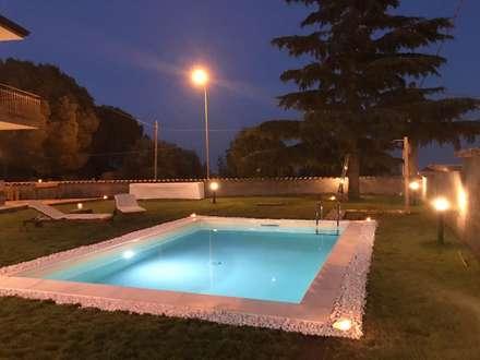 Villa 130mq stile Industrial - Shabby: Giardino con piscina in stile  di T_C_Interior_Design___